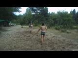 Настя и Полина играют в теннис